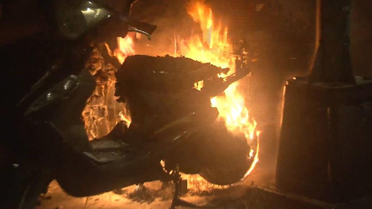 暗夜突竄火!民宅旁兩機車燒成火球