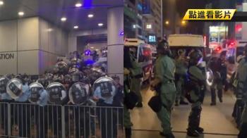 示威民眾警署抗議!雷射筆狂射丟雞蛋