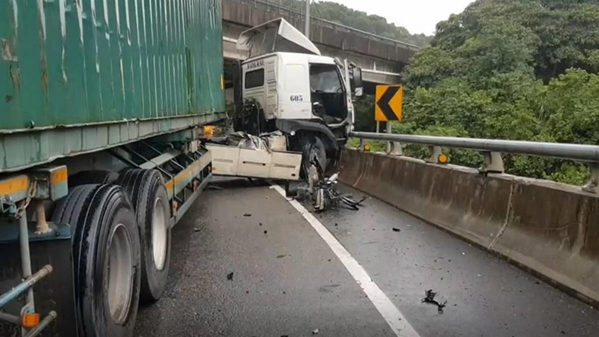 過彎失控!台62線貨櫃車自撞再遭追撞  駕駛一度困