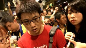 香港818集會 大陸紅衣男拍攝示威者險釀衝突