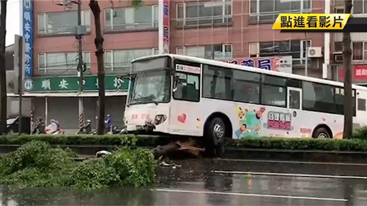 天雨路滑!公車直撞分隔島 女乘客撞斷牙送醫
