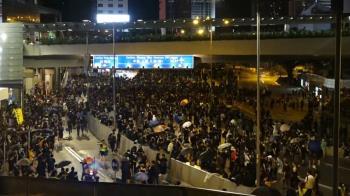 818百萬人走上街頭 陸籍紅衣男遭港民包圍