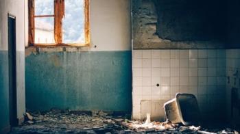 桃園30年屋齡海砂屋地板崩塌  民眾險遭活埋