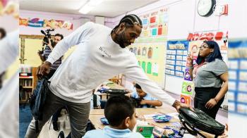 可愛雷納德轉戰洛杉磯 送100萬個書包給學童