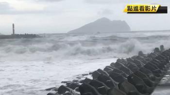南方澳600漁船進港避浪 遊客趁風雨撿便宜