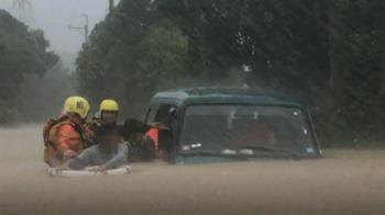 驚嚇!鹿野大雨淹廂型車 半路拋錨四人急呼救