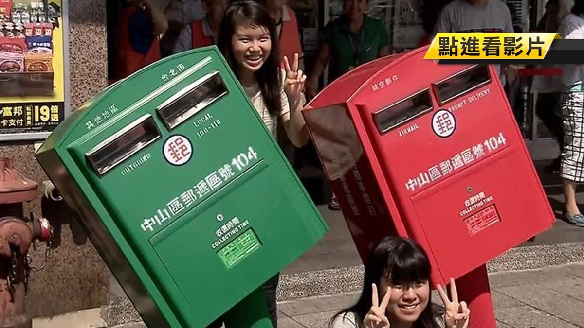 2015年被砸歪腰 4年後郵筒仍是觀光客必踩景點