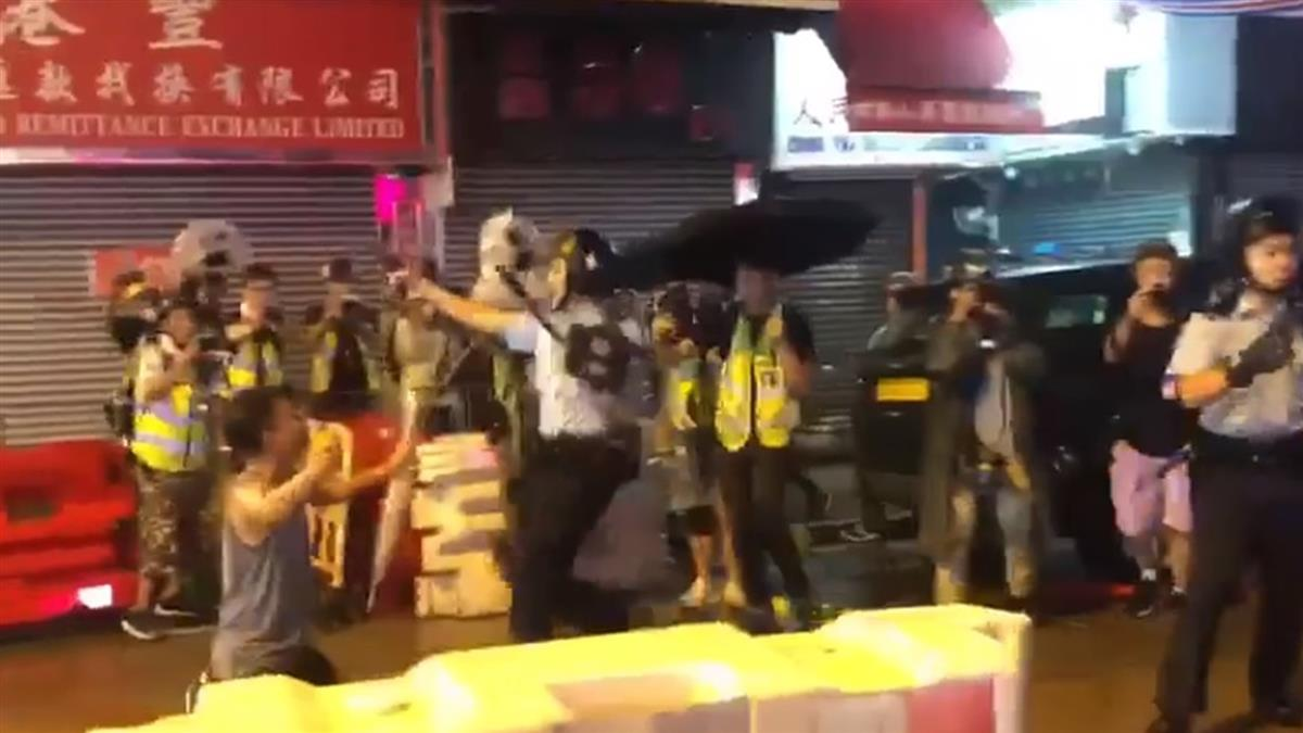 對拔槍警 高喊:不要啊!下秒港男慘遭一腳踢開
