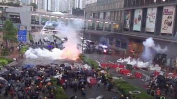 香港示威民眾暴打警察 警對空開了第一槍