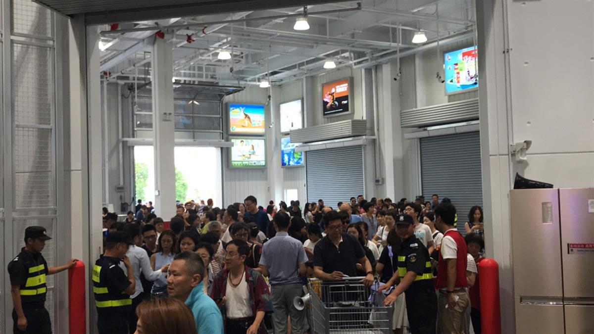 大媽狂奔擠爆!上海Costco開幕半天 被迫關門