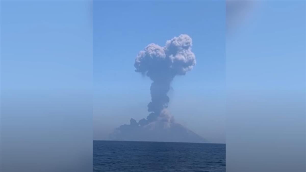 義大利火山爆發!黑灰直撲小船 遊客尖叫
