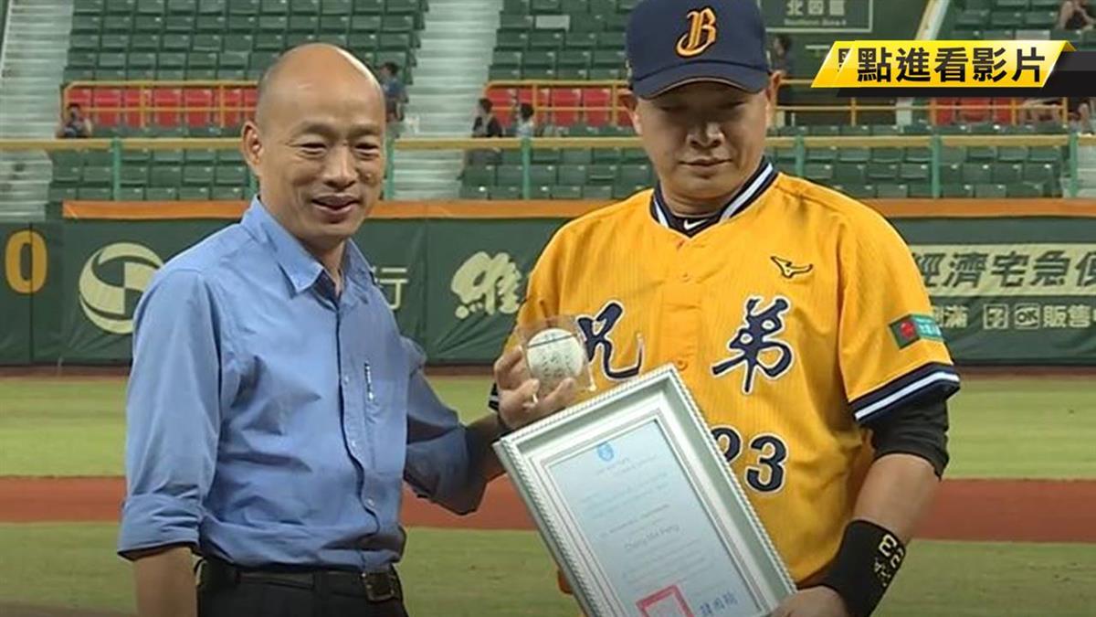 韓國瑜送簽名球 蔡英文也曾送過他…
