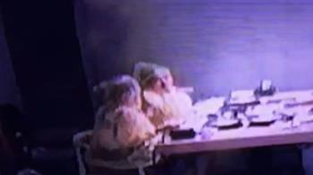2辣妹穿雨衣吃火鍋 客驚:天花板漏水?