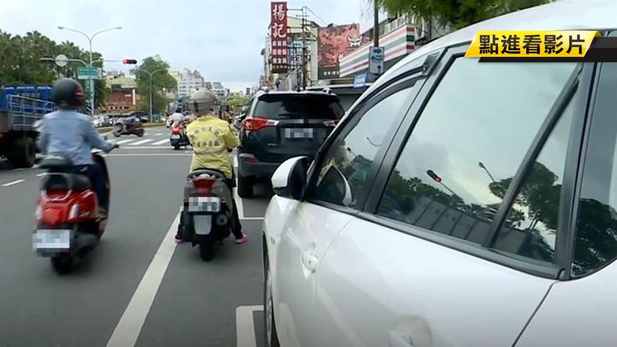 藐視公權力!汽車違停機車格 男對收費員丟冰