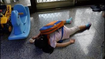 開學第1天!女兒回家秒斷電 趴地睡死