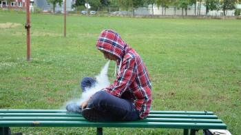 吸電子菸1年!18歲男肺部破洞 崩潰險死