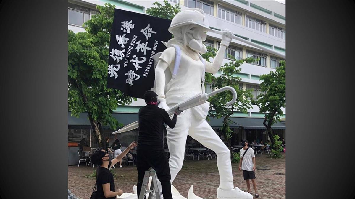 戴頭盔、豬嘴手持傘!香港民主女神像亮相