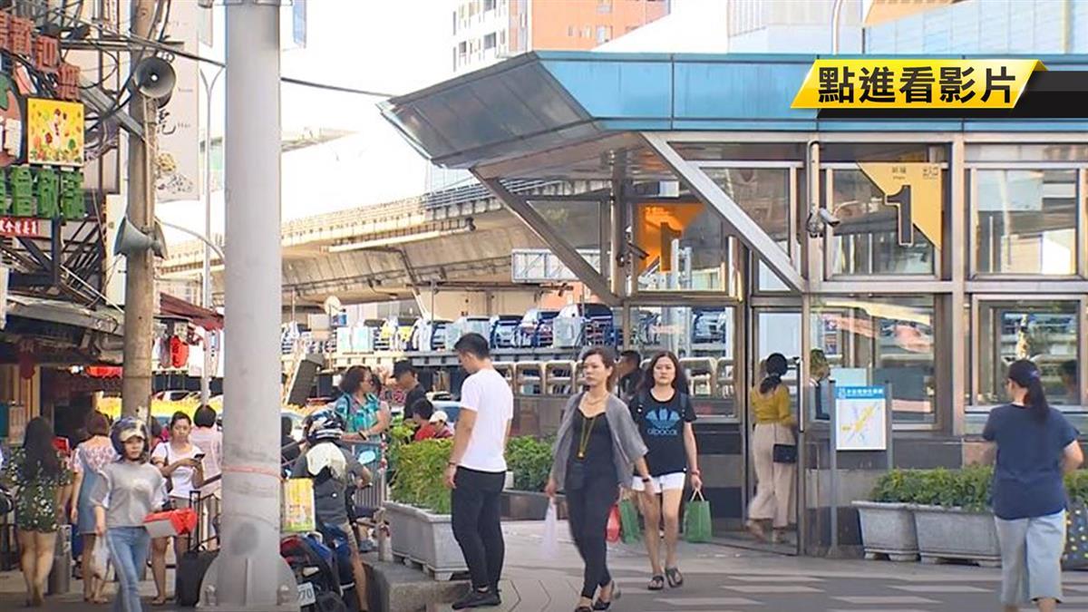 直擊!捷運站旁違規攤位 業者曝冒險原因