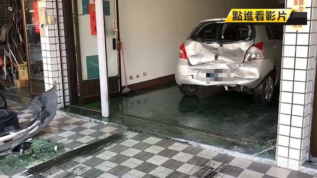8旬翁開車衝民宅!來回爆衝5次…連撞8車