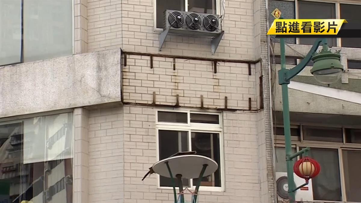 疑遭雨侵蝕!2樓木框看板掉落 砸中56歲婦