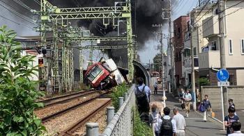 日本京急線撞貨車!列車出軌翻覆 至少30逾人傷