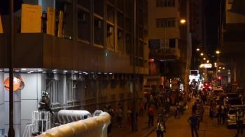 不滿港警暴力執法!示威者街頭縱火釀衝突