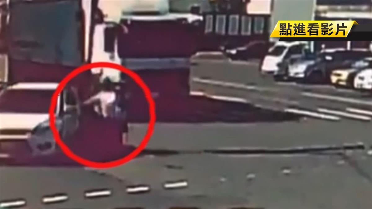 8旬翁疑搶黃燈遭撞!倒地機車滑行1圈