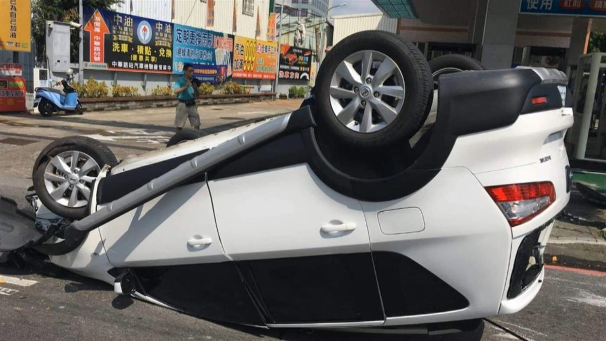 恍神?男駕駛直撞加油站告示牌 180度翻車
