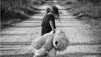 10歲女兒不想寫作業!被虎母丟包車站 網戰翻