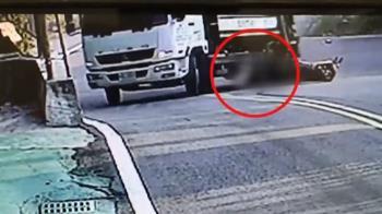 下坡煞車不及撞垃圾車! 騎士捲車底驚險逃死