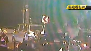 消防隊前撞車翻覆 救護員秒衝出救人