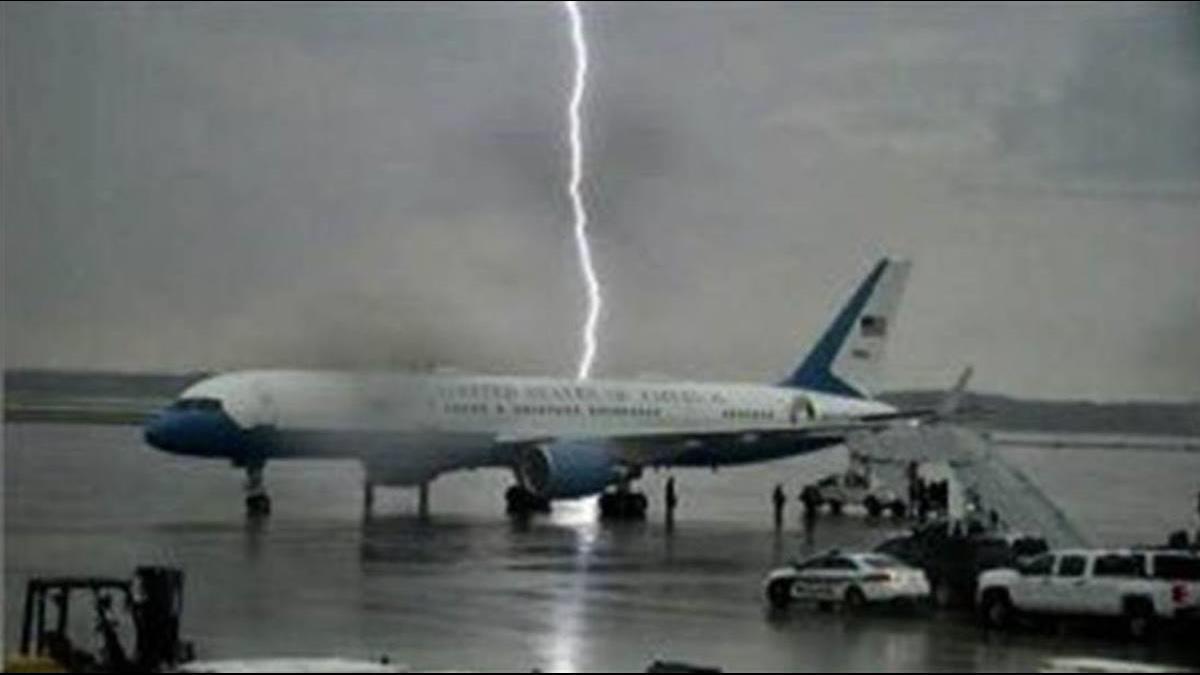 落雷險劈川普的「空軍一號」!網諷:上帝失手了