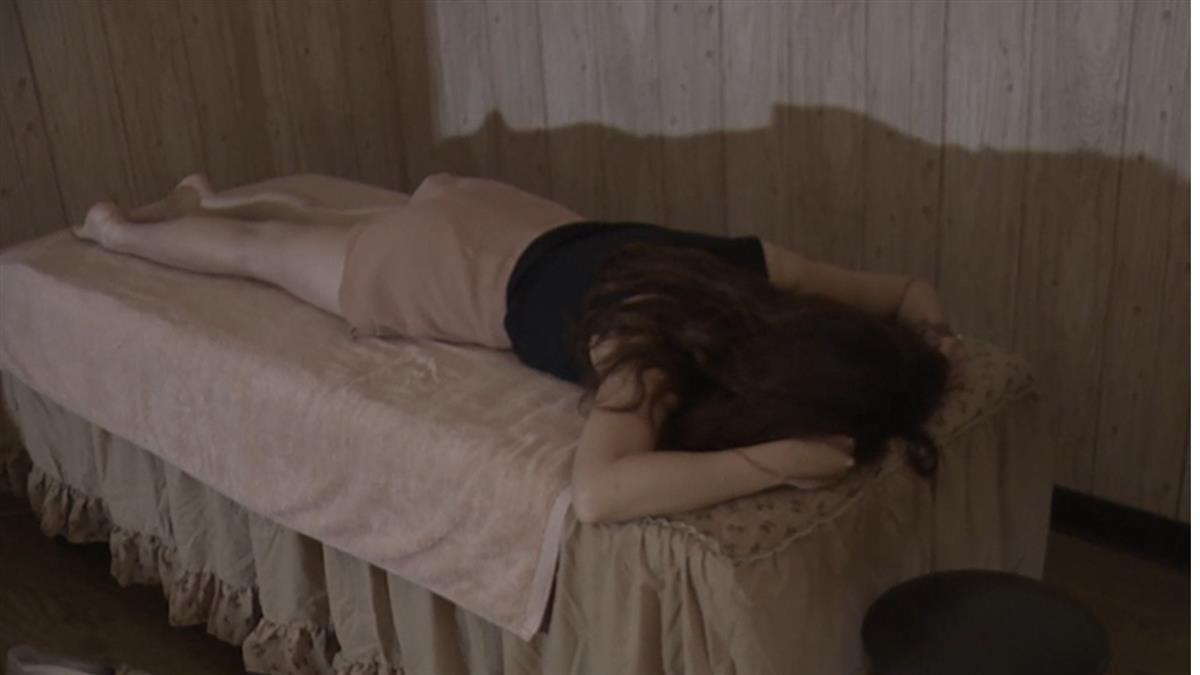 男友在布簾外!女大生按摩 慘遭扳腿性侵