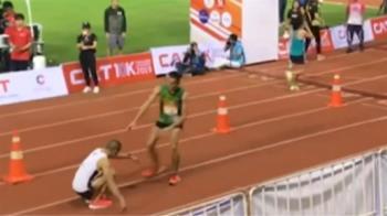 運動家精神!馬拉松選手終點前腳軟 陌生跑者助
