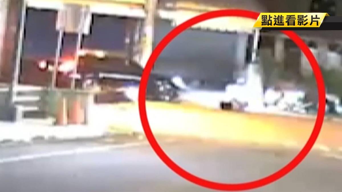 驚險T字路口!騎士壓車左彎迎頭撞轎車