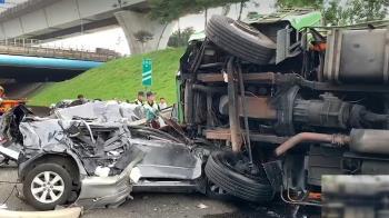 快訊/貨車翻覆!國道一號重大車禍 9車連撞7人輕重傷
