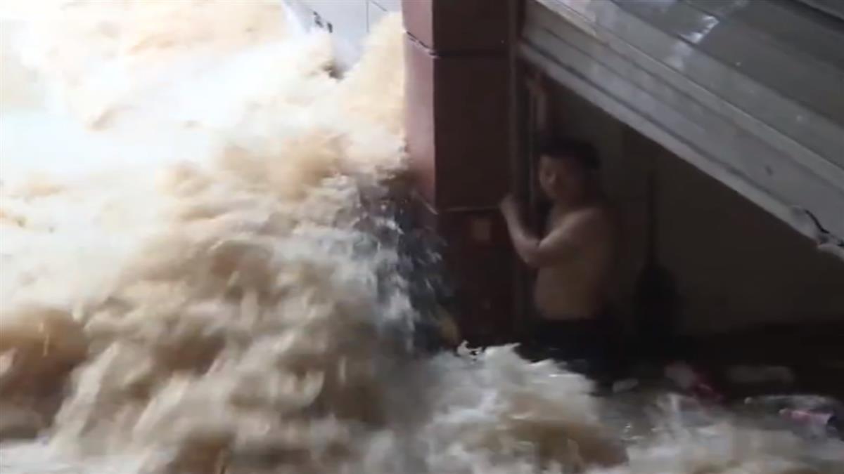 55年一遇!他受困湍急洪水半小時 驚險瞬間曝