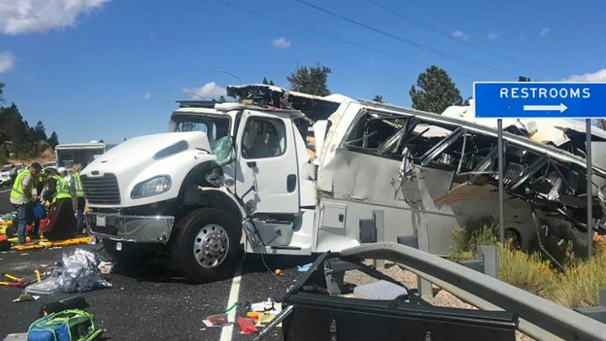 美遊覽車翻覆!釀4死15傷 乘客疑是陸或台灣人
