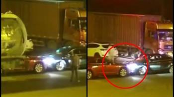 裝孬是孫子!2男搶生意開車對撞 下場超慘烈