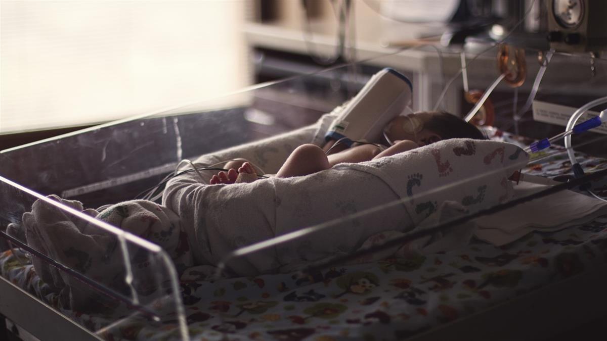 胎兒快沒命!迷信孕婦拒剖腹 醫崩潰拉出青紫嬰