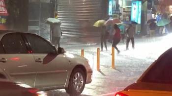 傍晚炸雨!基隆八堵火車站前積水到腳踝