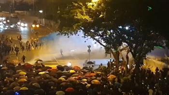 傘運5周年!30萬港人集結 警出動水炮車掃射