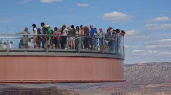來不及阻止!他天空步道翻柵欄 墜246公尺峽谷失蹤