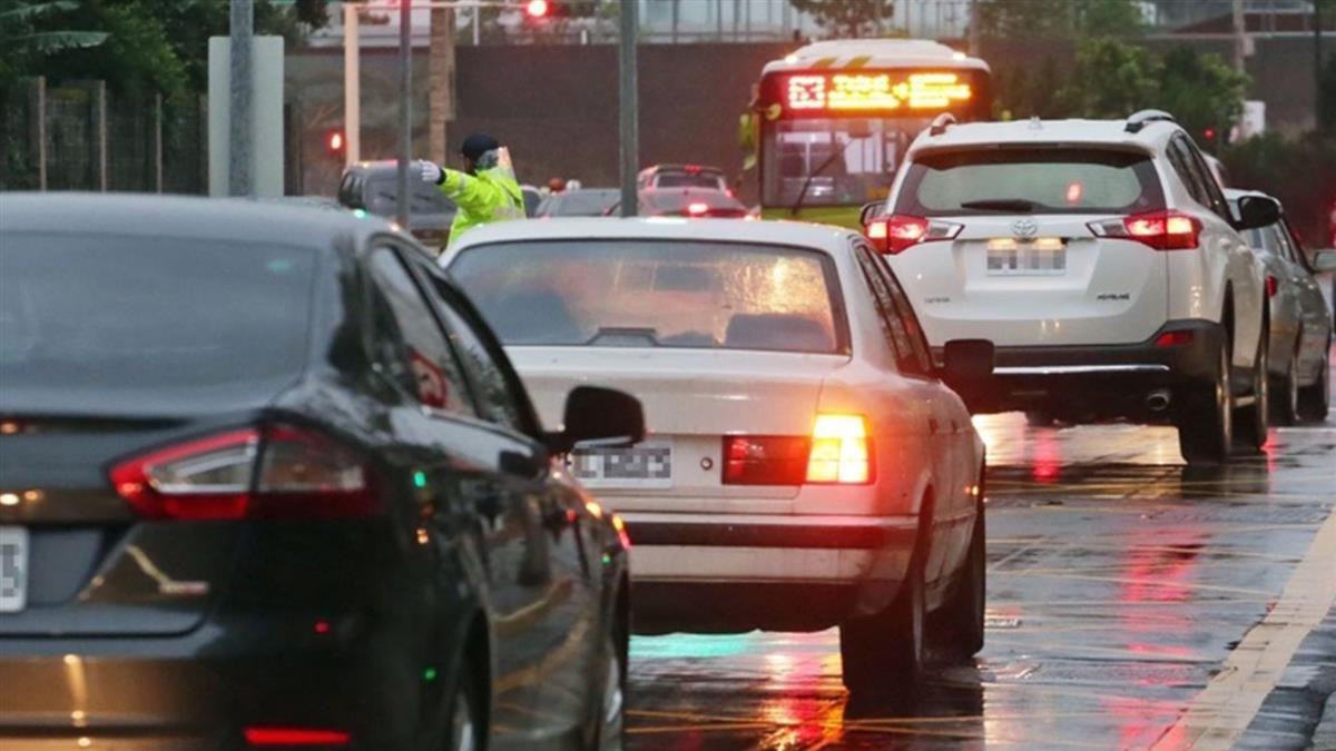 換車道沒打方向燈!10月交通新制上路罰更重