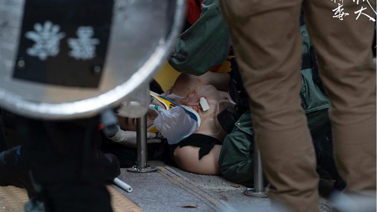 直播 / 港警射兩槍實彈!反送中示威者中槍倒地噴血
