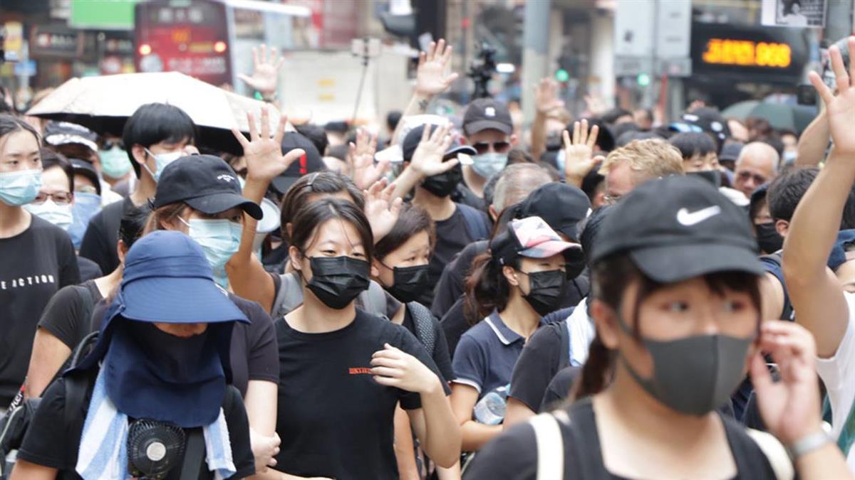 不怕被捕!港百人戴口罩聚銅鑼灣 見鏡頭狂躲