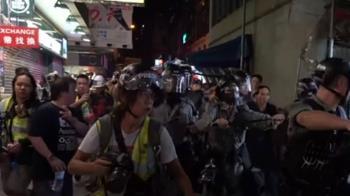 港示威反禁蒙面法 警首派水砲車抵旺角