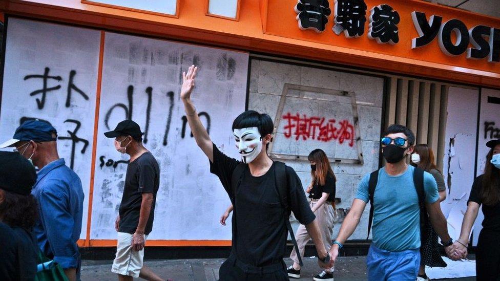 「禁蒙面法」實施後,香港抗議聲浪持續 交通及商鋪仍受影響