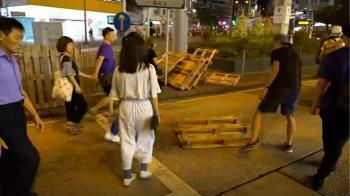 示威者砸中資商店、銀行…香港陷癱瘓