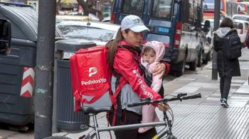 外送員媽抱嬰趕外送 一張圖鋪曝委國移民辛酸